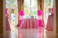 Balloon columns made to look like towers. Love this idea and so easy to make
