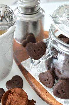 Voici une recette de biscuits pour le thé au chocolat et farine de sarrasin pâle (vegan & sans gluten) que vous apprécierez certainement avec (et même sans) votre thé. Il est fort à parier aussi que vos tous-petits les dévoreront avec appétit ! En fait, cette recette vient des biscuits petits bonhommes sourire à la …