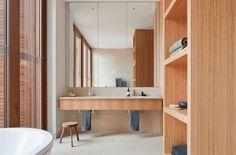 salle de bain en bois décorée avec un miroir mural