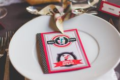 Aperçu de mes DIY réalisés pour le mariage : le menu, esprit rétro en rouge et noir // Photo : Caroline Bouchez Noir Photo, Talents, Invitation, Plates, Tableware, Wedding, Rockabilly Wedding, Wedding Stationery, Spirit