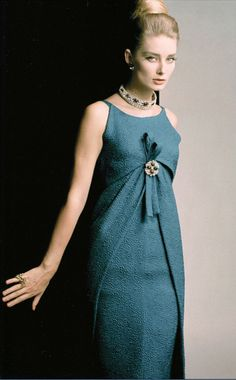 Tania Mallet in Christian Dior, Photo by Eugene Vernier, Vogue UK, 1962 Moda Vintage, Moda Retro, Vintage Dior, Vintage Mode, Vintage Couture, Vintage Glamour, Vintage Hats, Vintage Style, 1960s Fashion