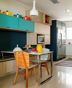 O cinza e o azul também se destacam na cozinha da Bontempo. Pendente da La Lampe, cadeiras da Dpot e passadeira da By Kamy. Sobre a mesa, garrafa térmica da Camicado e boleira de resina da Benedixt (Foto: Edu Castello/Editora Globo)
