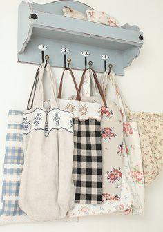 apliques de cintas decoradas sobre bolsos sencillos