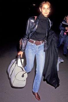 Cindy crawford walking through the airport in the Lisa Bonet, Vanessa Paradis, Mtv Movie Awards, Airport Look, Airport Style, Cindy Crawford, Reese Witherspoon, Trends, Ladies Dress Design