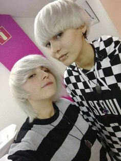 coiffure emo courte blond clair Style Emo, Boys Wearing Makeup, Jimmy, Punk, Emo Boys, How To Wear, Emo Hair, Hairstyle Short, Light Blonde