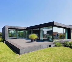 11 sensationelle Häuser mit viel Glas Single-family house D: modern houses by the architectural firm Dongus Architektur Casas Containers, Container House Design, Floor To Ceiling Windows, Ceiling Curtains, Modern House Design, Contemporary Design, Exterior Design, Modern Architecture, Future House