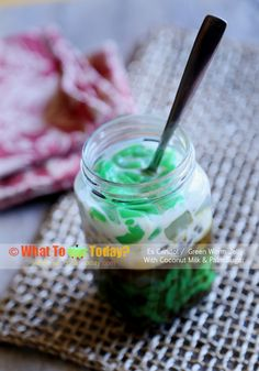 Green worm jelly with coconut milk and palm sugar / Es cendol