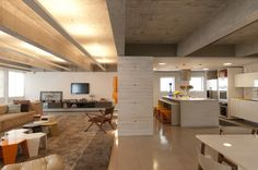 Construído pelo Felipe Rodrigues Arquiteto na , Brazil na data 2011. Imagens do Raul Fonseca. O apartamento está localizado em edifício de autoria do escritório Botti Rubin.  De arquitetura brutalista, o prédio...