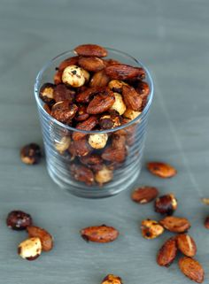Honningristede kryddernøtter. Foto: Lise von Krogh. Roasted Peanuts, Healthy Sweets, Almond, Spices, Appetizers, Food, Honey, Clean Eating Sweets, Snacks