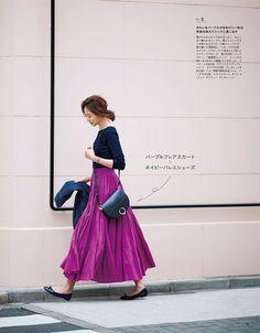 濃紺と鮮やかなパープルのマキシスカートのコーデは冬タイプさんにおすすめ。