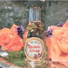 Fange das Aroma der Rosen ein und genieße es in Drink oder im Dessert. Wine, Drinks, Bottle, Desserts, Food, Pickles, Drinking, Tailgate Desserts, Beverages
