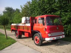 Bedford  geladen met melkbussen 2 hoog trucks photos - Google zoeken Bedford England, Bedford Van, Bedford Truck, Vintage Farm, Vintage Trucks, Classic Trucks, Classic Cars, Old Lorries, Gm Trucks