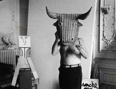 [Mystère #12] Pablo Picasso avec un masque de taureau picasso photo mystere bonus