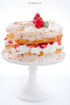 Double Meringue Cake with Strawberries - Half Sponge Cake, half Pavlova Strawberry Meringue, Meringue Pavlova, Meringue Cake, Strawberry Cakes, Sweets Cake, Cupcake Cakes, Cupcakes, Beautiful Cakes, Amazing Cakes