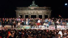 Upadek Muru berlińskiego 9 października 1989 roku utorował drogę do zjednoczenia Niemiec