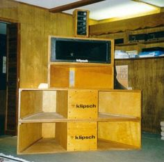 Either an oldschool prototype or its a self made enclosure with Klipsch drivers. Either way it looks cool and defiantly sounds great Open Baffle Speakers, Pro Audio Speakers, Horn Speakers, Built In Speakers, Hifi Audio, Bluetooth Speakers, Portable Speakers, Klipsch Speakers, Audiophile Speakers