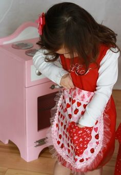 Create Kids Couture: Christmas Baking with Kids- Free apron patterns! Sewing Art, Pdf Sewing Patterns, Free Sewing, Sewing Crafts, Apron Patterns, Sewing Projects, Doll Patterns, Sewing Hacks, Sewing Tutorials