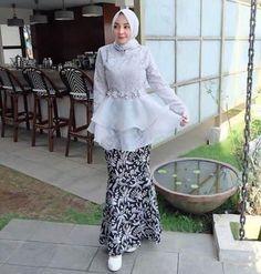 35 ideas for dress hijab formal modern abaya Model Dress Kebaya, Model Kebaya Brokat Modern, Kebaya Peplum, Kebaya Modern Hijab, Kebaya Hijab, Kebaya Lace, Modern Abaya, Dress Brokat Muslim, Kebaya Muslim