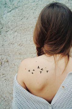 Tattoo rondini sulla spalla - Se hai voglia di un tatuaggio delicato e femminile. Tattoo swallows on the shoulder - If you want a delicate and feminine tattoo that also has a deep meaning Apparently Cute Small Tattoos, Small Tattoo Designs, Tattoo Designs For Women, Tattoos For Women, Detailliertes Tattoo, Laser Tattoo, Tattoo Bird, Lottus Tattoo, Swallow Tattoo