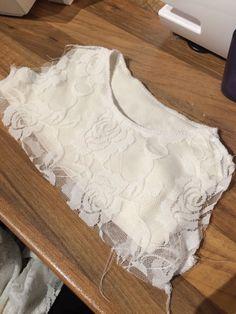 Nu ska jag försöka beskriva något som många (inkl jag själv) upplever som lite krångligt, nämligen Hur jag gör när jag vändsyr överdelarna till mina små klänningar. Principen är densamma för alla p…