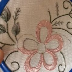Creative Embroidery, Simple Embroidery, Silk Ribbon Embroidery, Embroidery Hoop Art, Cross Stitch Embroidery, Hand Embroidery Patterns Flowers, Hand Embroidery Videos, Embroidery Stitches Tutorial, Machine Embroidery Projects