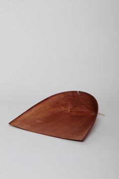 Bamboo dust pan. Pretty.  This post has also other great plastic-free stylish cleaning items. #noplastic #lookinggood #plasticfreetuesfay.com