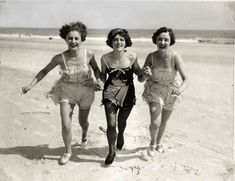 Life (LIFE 022) Three ladies in bathing suit with stockings and shoes to come aangerend on the beach. Netherlands, 1925.
