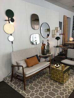 Salon avec miroirs en guise de déco murale