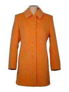 Orange farbener #Damenmantel, #Babyalpaka #Wolle. In allen Groessen lieferbar. Feinste Babyalpaka Wolle gibt Ihnen ein wohlig warmes und kuschlig weiches Tragegefuehl.
