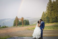 The views are hard to beat in Beaver Creek! (Photography: @twoonephotography, @vanessatwoonephotography | Planner: Sweetly Paired  | Florist: Olive and Poppy)