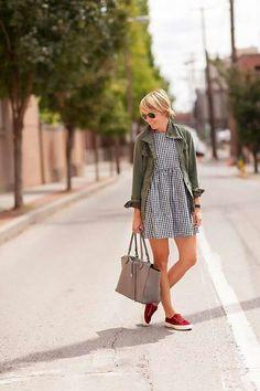 Vestido + parka + tênis