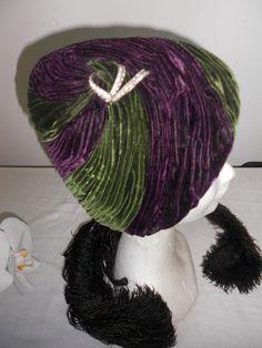 Chapeau Vintage Velours plissés deux couleurs Orné d'une broche et de petits strass