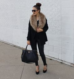 If you think that a faux fur stole is only for winter, you're wrong cause this time it's a huge fall trend! You can put on it with usual clothes and go to Faux Fur Collar Coat, Faux Fur Stole, Fur Collars, Vintage Chic, The Brunette, Poncho, Autumn Winter Fashion, Winter Wear, Winter Style