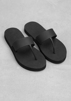 comfy but stylish black flip flops Black Flip Flops, Flip Flop Shoes, Black Sandals, Shoes Sandals, Estilo Fashion, Luxury Shoes, Girls Shoes, Leather Shoes, Me Too Shoes