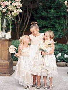Quem já viu uma cerimônia de casamento sabe: a hora da entrada das Daminhas de Honra é quase tão emocionante quanto a entrada da noiva. Não tem como não se emocionar e não sorrir com a doçura dessas crianças que representam a pureza e a leveza desse dia especial. Para as noivas que são mais …