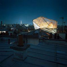 Rafael Bianchi, sa vocation - la conception et la réparation des bureaux , à la maison, dans le 9ème arrondissement de Paris. Elle passe la nuit sur le module de toit en polycarbonate.