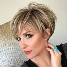 Deluxe basin-cut in neutral blonde shades – long pixie haircuts for women Bob Haircuts For Women, Short Bob Haircuts, Haircuts For Long Hair, Haircuts With Bangs, Pixie Hairstyles, Short Hairstyles For Women, Haircut Short, Hairstyle Short, Stacked Haircuts