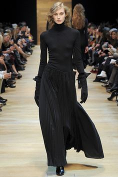 Guy Laroche; Automne Hiver 2014-2015: A lovely, billowing skirt in pleated black silk, offset by a sweater top in black silk jersey, accented with very fun-looking gloves in black suede. Very, very nice.