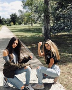 I do not know what& close, our jeans or our friendship . Best Friend Photography, Girl Photography Poses, Photos Bff, Friend Photos, Bff Poses, Best Friend Poses, Cute Friend Pictures, Instagram Pose, Poses For Pictures