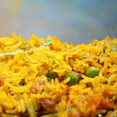 Kari rýže s hráškem je jednoduchý recept, se kterým proměníte zbylou rýži od oběda ve skvělou večeři - #rýže #kari #hrášek #recept Herbs, Eat, Ethnic Recipes, Exotic, Bulgur, Herb, Medicinal Plants