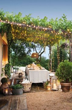love that lights on the trellis. cena all'aperto, sotto una pergola su cui si arrampicano piante e luci. El verano de las cosas (y casas) bonitas Outdoor Rooms, Outdoor Dining, Outdoor Gardens, Rustic Outdoor, Outdoor Tables, Rooftop Garden, Balcony Garden, Rooftop Party, Gazebos