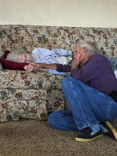 I hope whoever posted this photo of their grandparents don't mind, but this represents the life coming to an end for two people who loved each other. Old Couple In Love, Old Love, This Is Love, Vieux Couples, Old Couples, Couples In Love, Heart Touching Story, Touching Stories, Life Is Beautiful
