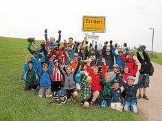 Geschaaaaafft:Stolz blickten die Schüler der Klasse 5b und ihr Begleitteam auf die 264 zurückgelegten Kilometer der Strecke zwischen Telgte und Emden. Baseball Cards, Secondary School, North Sea, Proud Of You, First Grade