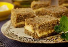 Em uma panela, aqueça o azeite em fogo médio e doure a cebola e o alho. Reserve. Em uma tigela acrescente o trigo para quibe, a lentilha batida, a cebola e o alho. Tempere com o sal e a hortelã.
