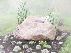 Grafsteen op een natuurbegraafplaats | Vind meer inspiratie over grafmonumenten voor de begrafenis en de crematie op http://www.rememberme.nl/urnen-grafkisten-grafmonumenten/