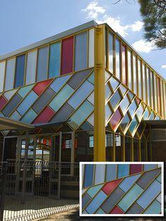 Fachada de edificio Sistema Danpalon colores rojo, azul, verde, gris