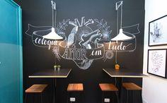"""""""Refeitório da discórdia"""": usar a criatividade está em alta, portanto as paredes com desenhos de giz são uma boa pedida."""