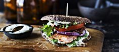 BLT (bacon, lettuce, tomato) sandwich on suosittu täytetty leipä. Mehevä lohi-BLT sisältää lisäksi paistettua lohta.   N. 3,20€/annos*. Salmon Burgers, Sandwiches, Ethnic Recipes, Salmon Patties, Paninis