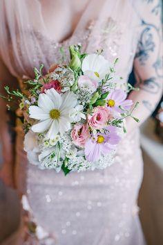 ein toller, lockerer Brautstrauß für die Hochzeit im eigenen Garten