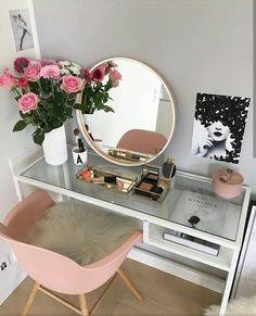 ► 17 DIY Vanity Mirror Ideas to Make Your Room More Beautiful – insp;interior design – Make-up - DIY Badezimmer Dekor Diy Vanity Mirror, Vanity Room, Vanity Ideas, Mirror Ideas, Vanity Set, Pink Mirror, Makeup Vanity Tables, Teen Vanity, Bedroom Vanities